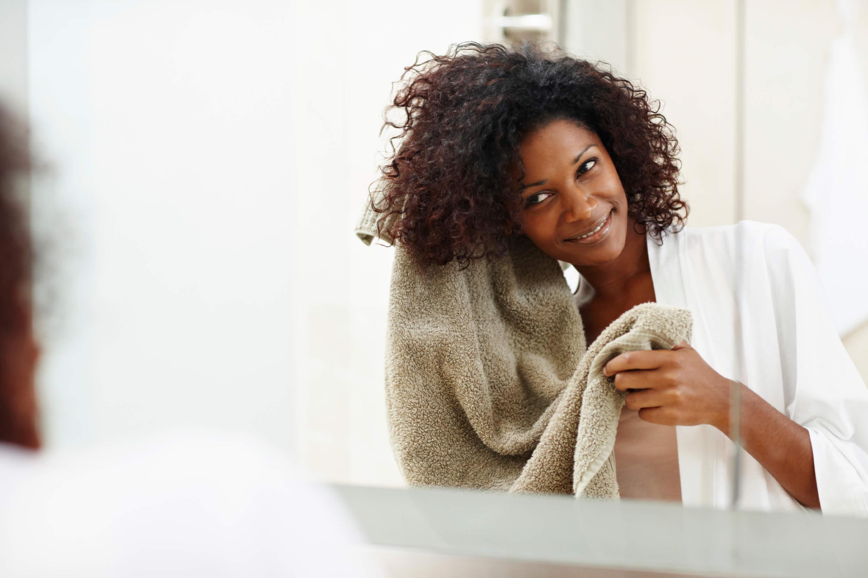 secar cabelo com toalha