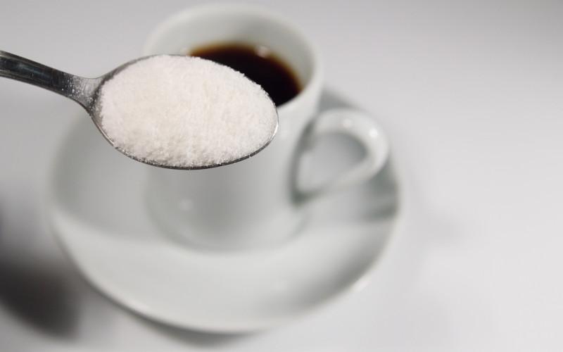 Efeitos do açúcar branco no seu corpo: da cabeça aos pés