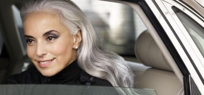 Modelo de 59 anos? Sim! Sem plásticas, Yasmina Rossi esbanja beleza