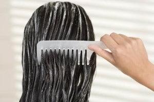 menggunakan-kondisioner-rambut-550x365